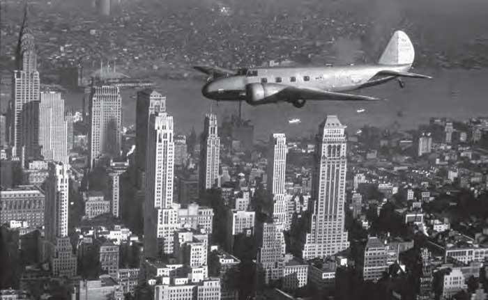 Modèle 247 de Boeing survolant Manhattan, à New York
