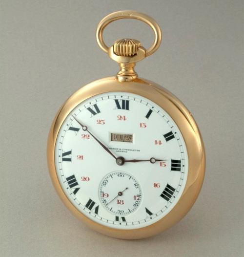 1901 - Montre de poche jour et date à guichet. Or jaune 18K, cadran émail blanc, chiffres romains noirs et 24h en chiffres arabes rouges, petite seconde à 6h.