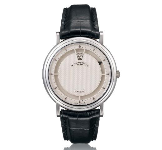 """1995 - Montre-bracelet homme, """"Heures Sautantes"""". Platine, cadran argenté guilloché avec index triangulaires or gris, guichet pour les heures et segment externe ajouré pour les minutes. Indicateur des minutes en onyx."""