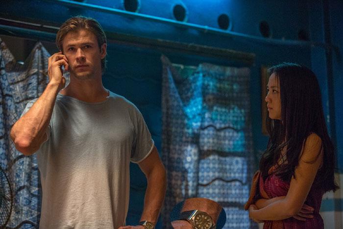 Hacker : Chris Hemsworth porte une Overseas Vacheron Constantin