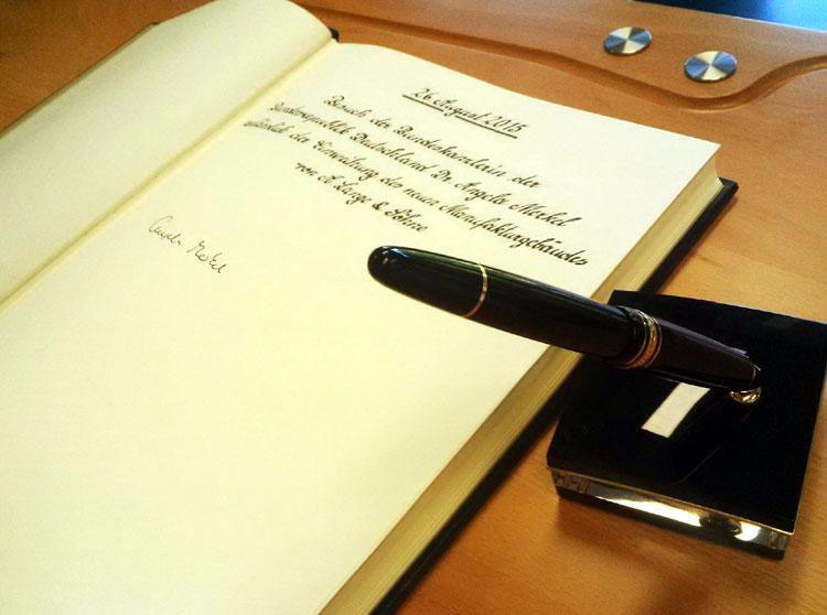Le livre d'or signé par Angela Merkel