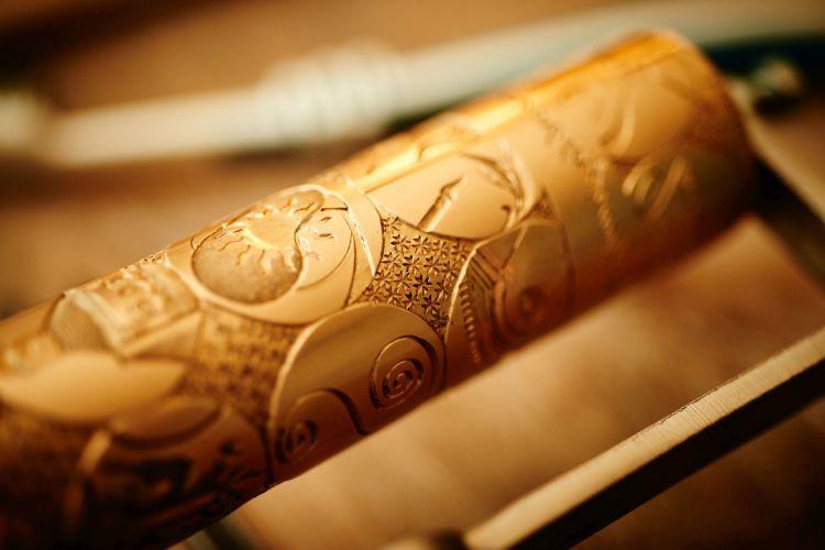 Vacheron Constantin : sceau-cylindre en or ciselée de symboles dépeignant 260 ans d'horlogerie et de métiers d'art