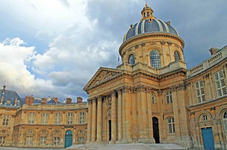 Un nouveau cadran solaire dans la cour d'honneur de l'Institut de France