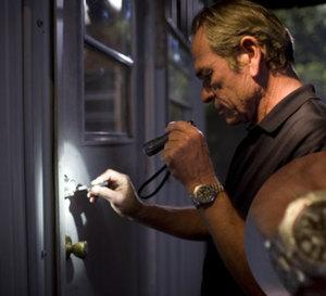 Dans la brume électrique : Tommy Lee Jones porte une Breitling Cockpit
