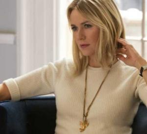Gypsy : Naomi Watts porte une Tank en or de chez Cartier