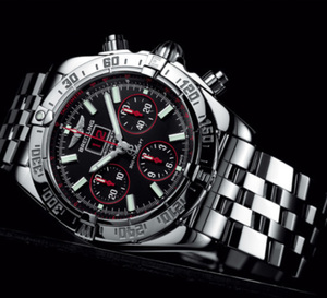 Breitling Blackbird Red Strike Limited Edition : chronographe et grande date en rouge et noir