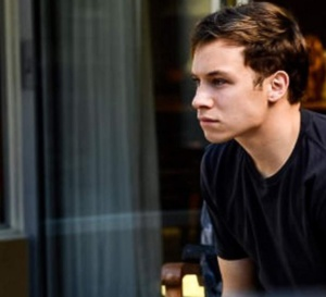 Animal Kingdom : Finn Cole porte une Patek Philippe 5146/1G en or blanc