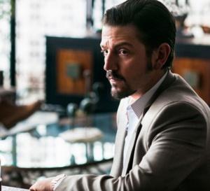 Narcos Mexico : Diego Luna porte une Rolex Datejust en or et acier