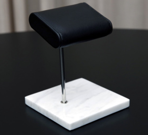 The watch-stand : le repose-montre qui évite les rayures