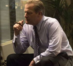 The looming tower : Jeff Daniels porte une Rolex Day-date en or jaune