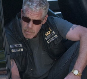 Sons of anarchy : Ron Perlman porte une Rolex DayDate en or jaune