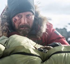 Arctic : Mads Mikkelsen porte une Seiko Sportura Solar Chronograph