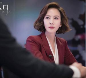 Misty : Kim Nam-Joo porte une Reverso Jaeger-LeCoultre