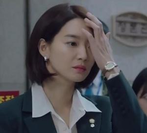 Chief of staff : Sin Min‑ah porte une Baignoire en or jaune de chez Cartier
