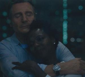 Les veuves : Liam Neeson porte un chrono Hamilton Jazzmaster