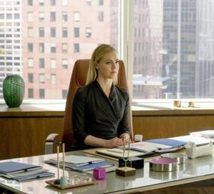 Suits : Amanda Schull porte une Panthère en acier de chez Cartier