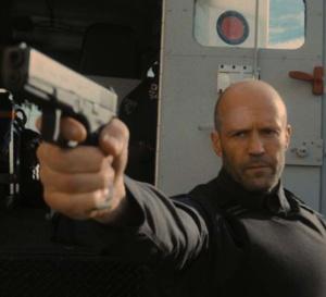 Un homme en colère : Jason Statham porte une IWC Montre d'Aviateur Double Chrono Top Gun