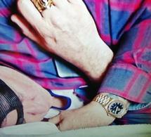 Rake : Anthony LaPaglia porte une Rolex Daydate de 40 mm en or rose